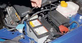 Снятие аккумуляторной батареи Шевроле Лачетти