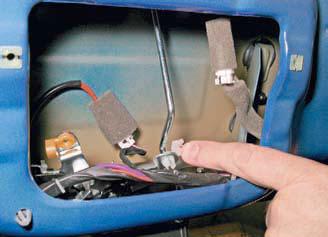 Снятие замка двери багажного отделения Шевроле Лачетти